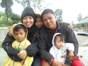 foto keluargaku, diriku, suami dan ketiga anakku.